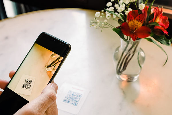 woma scanning QR code at restaurant